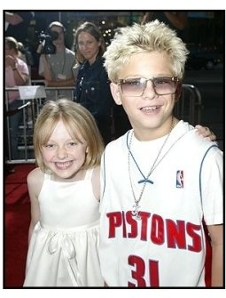 """ONE TIME USE ONLY: Dakota Fanning and Jonathan Lipnicki at the """"Uptown Girls"""" premiere"""